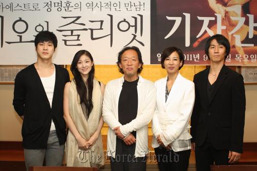 From left: Ballerino Lee Young-hoon, ballerina Kim Joo-won, conductor Chung Myung-whun, KNB head Choi Tai-ji, ballerino Kim Yong-geol pose on Thursday at Press Center in central Seoul. (KNB)