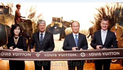 VIPs attend a ribbon-cutting event for the new Louis Vuitton store at Incheon International Airport on Saturday. From left are Lee Boo-jin, CEO and president of Hotel Shilla, Yves Carcelle, chairman and CEO of Louis Vuitton, Lee Chae-wook, CEO of Incheon International Airport, and Jean-Baptiste Debains, president of Louis Vuitton Asia Pacific. (Yonhap News)