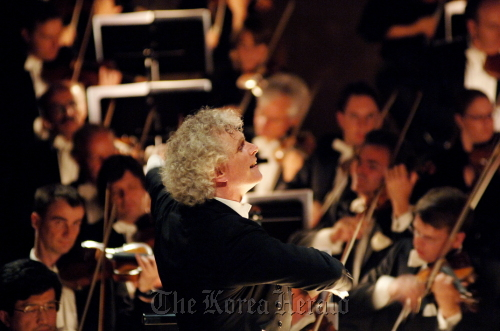 Conductor Simon Rattle of the Berlin Philharmonic Orchestra (Kumho Asiana Cultural Foundation)