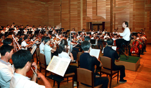 Chung Myung-whun, who leads the Seoul Philharmonic Orchestra, conducts the North Korean state symphony orchestra and the Unhasu Orchestra in Pyongyang on Tuesday. (Yonhap News)