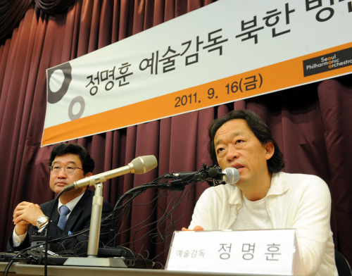 Chung Myung-whun (right), music director and conductor of the Seoul Philharmonic Orchestra and a UNICEF goodwill ambassador, speaks during a press conference in Seoul on Friday. (Park Hyun-koo/The Korea Herald)