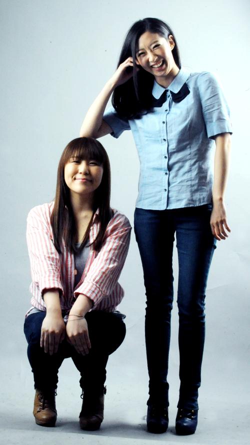 J Rabbit members Jung Da-woon (left) and Jung Hye-sun pose for a photo. (Park Hyun-koo/The Korea Herald)
