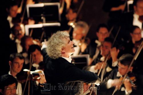 Simon Rattle, the Berlin Philharmonic Orchestra. (Kumho Asiana Cultural Foundation)