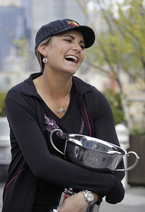 Lexi Thompson poses with the winner's trophy in New York on Tuesday. (AP-Yonhap News)