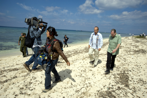 """In this image released by """"Mexico: The Royal Tour,"""" Mexican President Felipe Calderon and CBS News travel editor Peter Greenberg (right) walk on the beach in Cozumel, Mexico, while filming the """"The Royal Tour."""" (AP-Yonhap News)"""