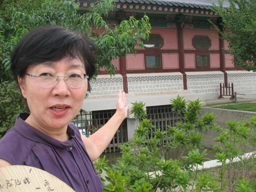 Joanne Kim discusses her passion for traditional Korean culture on the grounds of Gyeongbok Palace in Seoul. (Yonhap News)