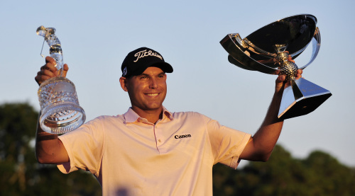 Bill Haas poses with the FedEx Cup and the Tour Championship trophy on Sunday. (AP-Yonhap News)
