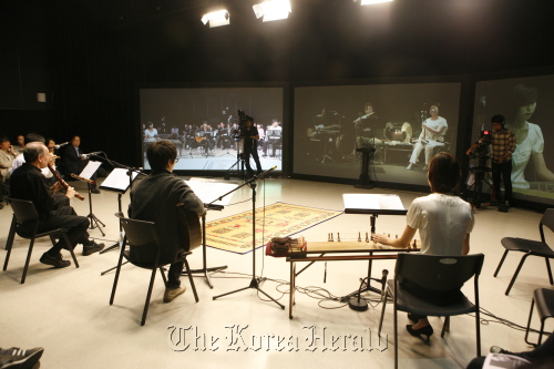 """Ralph Samuelson (left) and other musicians participate in the """"Telepresence Concert"""" on Monday at Seoul Institute of the Arts in Ansan, Gyeonggi Province. (Seoul Institute of the Arts)"""