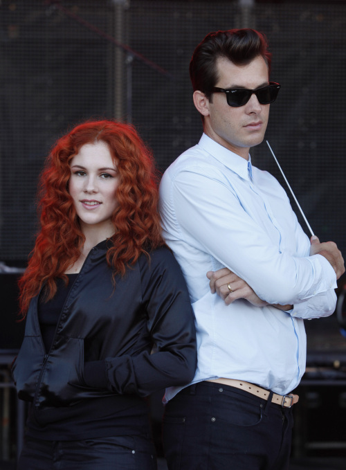 British music producer Mark Ronson (right) and singer-songwriter Katy B pose in East London, Thursday. (AP-Yonhap News)