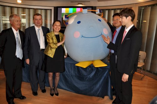 French Ambassador Elisabeth Laurin (third from left) is accompanied by (from left to right) President of COFRES Jose Freches who is in charge of the French pavilion,architect of the pavilion David-Pierre Jalicon, Laurin, the mascot Sogeumi, and Yeosu 2012 organizing committee director Kwon Young-dae. (Yoav Cerralbo/The Korea Herald)