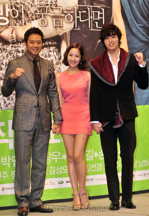 "From left: Chun Jung-myung, Park Min-young and Lee Jang-woo who star in KBS' ""Glory Jaein"" attend a press conference at the Imperial Palace Hotel in Seoul on Wednesday. (Kim Myung-sub/The Korea Herald)"