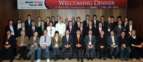 Prominent guests to iDEA Herald Design Forum pose after attending a welcoming dinner at Hotel Shilla on Wednesday. (Park Hyun-koo/The Korea Herald)