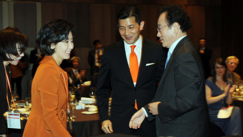 Rep. Na Kyung-won (left) and Rep. Jungwook Hong(center) of the ruling Grand National Party, and SaKong Il, chairman of the Korea International Trade Association, talk at the VIP welcoming dinner. (Park Hyun-koo/The Korea Herald)