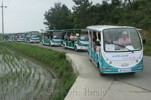 The environmentally-friendly electronic vehicles provided for visitors on Jeongdo. (Lee Jong-hwa)