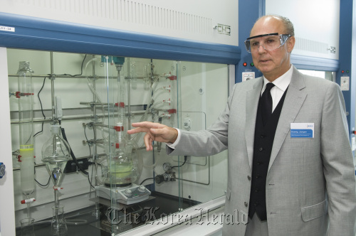 Merck Korea President Juergen Koenig talks to guests during a ceremony marking the opening of the company's new OLED Application Development Laboratory in Poseung on Oct. 5. (Merck Korea)