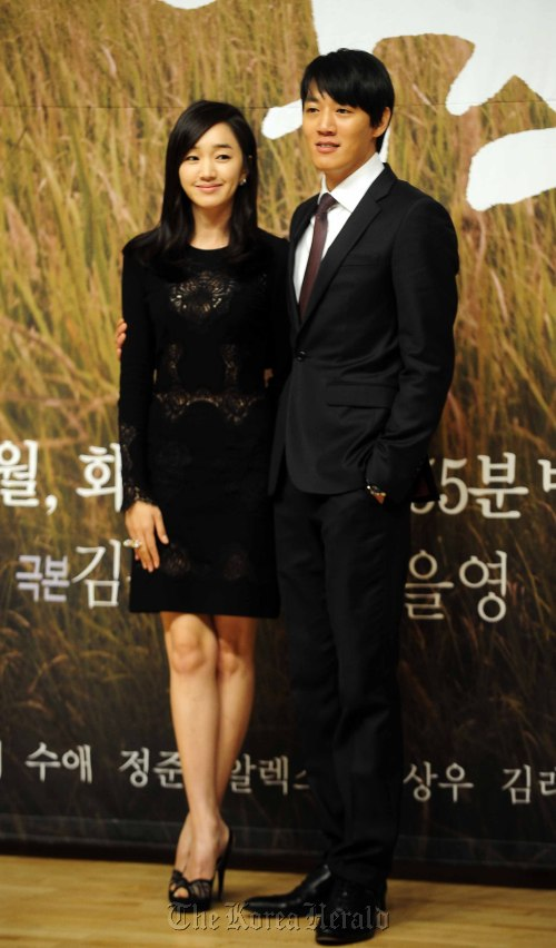 "Kim Rae-won (right) and Su Ae attend press conference for ""A Thousand Day's Promise"" in Mokdong, Seoul on Tuesday. (Park Hae-mook/The Korea Herald)"