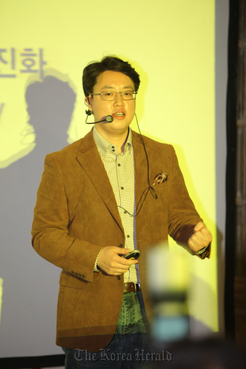 Kakao Talk CEO Lee Jae-beom speaks at a press conference on Wednesday. Yonhap News