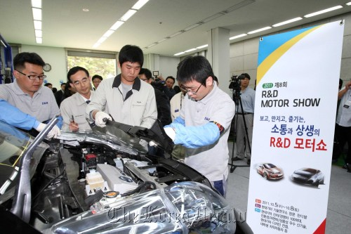 Participants in Hyundai Motor Group's R&D Motor Show from Hyundai and Kia's suppliers inspect a vehicle at the carmaker's research center in Gyeonggi Province on Oct. 5. The event is designed to support suppliers to see the latest in automotive technologies. ( Hyundai Motor Co.)