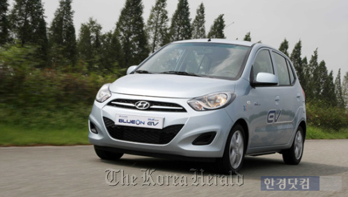 Hyundai Motor's BlueOn, the nation's first midsize electric sedan, is to debut early next year. (Yonhap News)