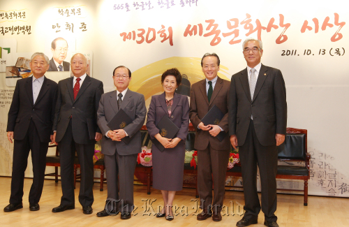 Sejong Cultural Award winners pose for a photo in Seoul, Thursday. From right are Culture Minister Choe Kwang-shik, Eurasian Philharmonic Orchestra music director Geum Nan-sae, actress Kim Hye-ja, Seoul National University art history professor emeritus Ahn Hwi-joon, the Institute for Translation of Korean Classics director Lee Dong Hwan and Sejong Cultural Award committee chairman Hwang Byung-ki. (Ministry of Culture, Sports and Tourism)