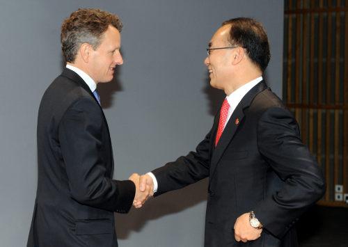 Korea's Finance Minister Bahk Jae-wan (right), greets U.S. Treasury Secretary Tim Geithner in Paris at the meeting of G20 finance chiefs on Sunday. (Yonhap News)