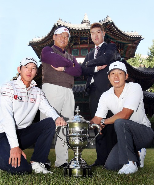 Choi Kyoung-ju (second from left) and other participants, including Korean-American star Anthony Kim (right), pose for a promotional photo for the CJ Invitational golf tournament. (Yonhap News)
