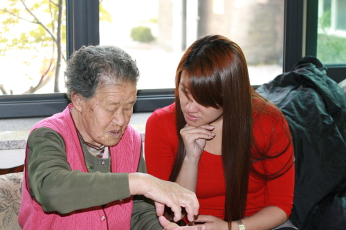 Pak Ok-seon talks on Sunday to House of Sharing volunteer Shannon Heit about her ordeals as a 'comfort woman.' (Kirsty Taylor)