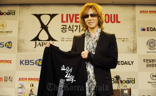 "Yoshiki Hayashi, drummer, pianist and the leader of rock band X Japan, holds a T-shirt, given from his Korean fans, which reads ""Yoshiki Love"" in Korean, before a press conference in Seoul, Wednesday. (Park Hae-mook/The Korea Herald)"