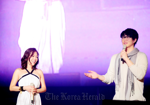 Singer Park Jung-hyun (left) and Sung Si-kyung. (T Entertainment)