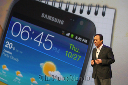 Shin Jong-kyun, chief of mobile communications business at Samsung Electronics, announces the rollout of the Galaxy Note mobile device at a launch event in London on Thursday. (Yonhap News)