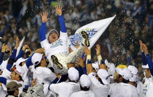 Samsung Lions players celebrate at Jamsil Stadium in Seoul on Monday after they clenched the 2011 Korean Series title, beating the SK Wyverns 1-0. Yonhap News
