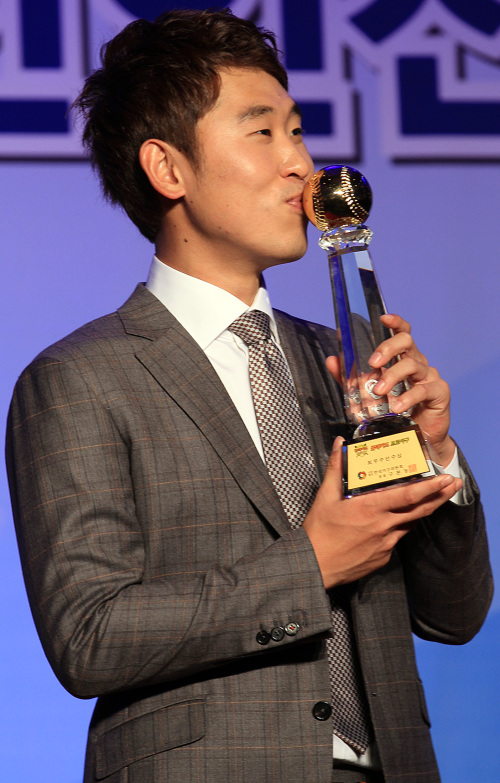 Kia Tigers pitcher Yoon Seok-min poses with his MVP award. (Yonhap News)