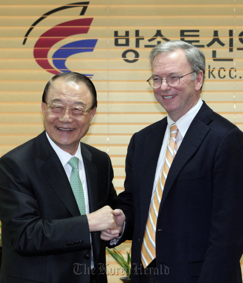 Korea Communications Commission chairman Choi See-joong (left) greets Google chairman Eric Schmidt before talks in Seoul on Monday. (Yonhap News)