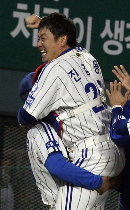 Jin Kab-yong is one the KBO's best defensive catchers. (Yonhap News)