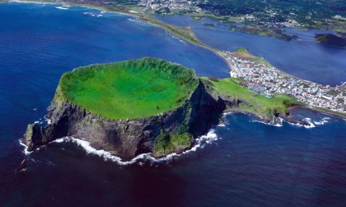 Seongsan Ilchulbong, a peak that rose due to a volcanic eruption in the ocean, is located off the eastern end of Jeju Island. (Jeju Special Self Governing Province)