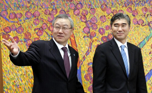 Foreign Affairs and Trade Minister Kim Sung-hwan (left) greets U.S. Ambassador to Korea Sung Kim, who visited the minister in Seoul on Tuesday afternoon. (Yonhap News)