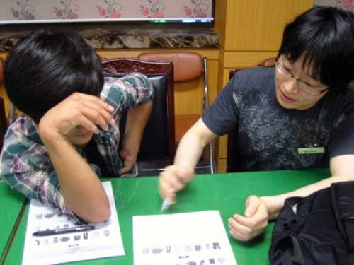 A North Korean defector takes a lesson from a South Korean PSCORE volunteer. (PSCORE)