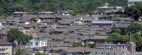 An overview of the Bukchon Hanok Village, a traditional and historical area in central Seoul. (Korea Herald file photo)