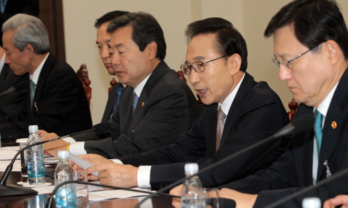 President Lee Myung-bak presides over a meeting of ministers at Cheong Wa Dae on Wednesday to discuss follow-up measures to the ratification of the Korea-U.S. Free Trade Agreement. (Yonhap News)