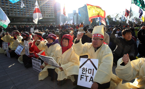 Citizens protest the ratification of the U.S. free trade agreement at Seoul Plaza on Thursday afternoon. (Yonhap News)