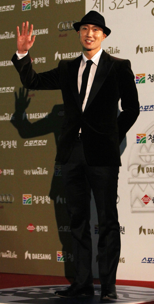 Actor Park Hae-il walks the red carpet during the 32nd Blue Dragon Film Awards at the Hall of Peace of Kyung Hee University in Seoul on Friday. (Yonhap News)