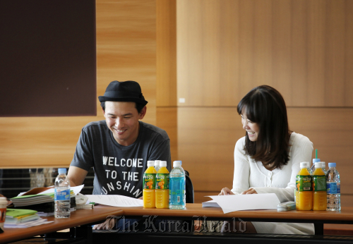 "High profile stars Hwang Jung-min (left) and Kim Jung-eun attend a script reading for the upcoming TV Chosun series ""Hanbando."" (TV Chosun)"