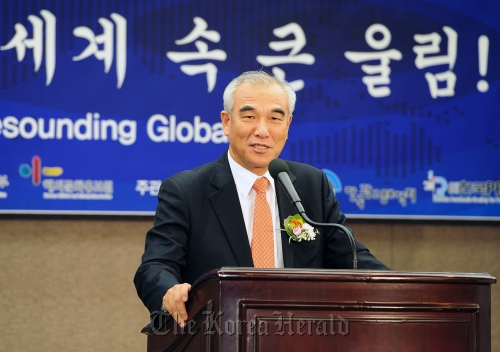 Culture Minister Choe Kwang-shik gives a welcoming speech at the Korea Culture and Information Service seminar on Thursday. (Culture Ministry)