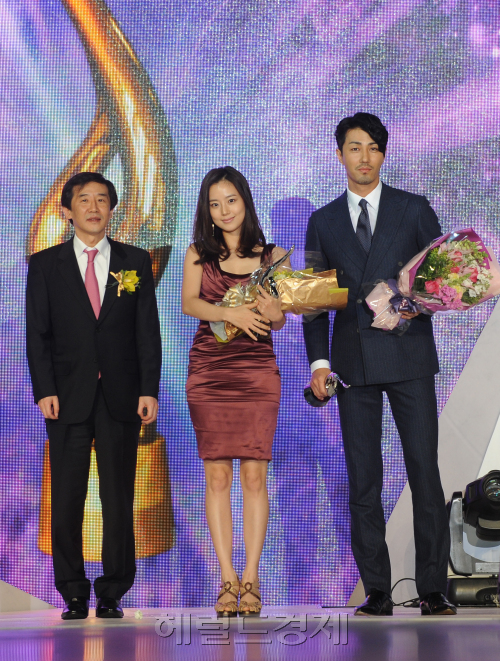 Donga TV CEO Chang Yoon-young (left), actress Moon Chae-won and actor Cha Seung-won pose after winning the best-dressed award.