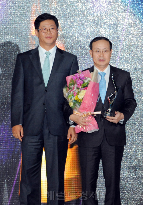 Jang Yoon-gyeong (right), director of Hyundai Mobis, and Kim Jae-hong, deputy minister of the Ministry of Knowledge Economy, pose for a photograph during the Donga TV 2011 Korea Lifestyle Awards held at the Grand InterContinental Hotel, Monday. Hyundai Mobis was awarded the Grand Prize.