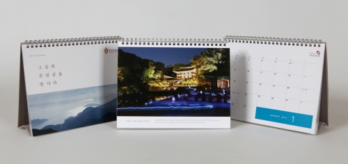 Images of the free 2012 calendar offered to foreign residents (KTO)