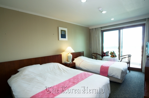 A deluxe twin room at the Jeju Crystal Hotel in Seoguipo. (Korea Tourism Organization)