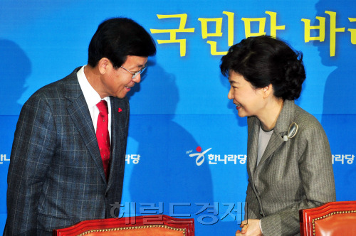 Rep. Won Hye-young (left), co-chairman of the Democratic Unified Party, pays a courtesy call to Rep. Park Geun-hye, who heads the ruling Grand National Party's emergency leadership council, on Wednesday. (Park Hyun-koo/The Korea Herald)
