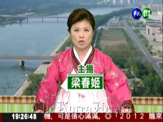 Liang Fang-yu, host of a Taiwanese evening news program, N.K. announcer Ri Chun-hee on Monday. (Screen capture)