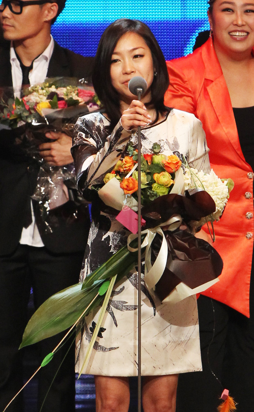 "Lena Park gives an acceptance speech after the program ""I am a Singer"" wins the grand prize on Thursday at the 2011 MBC Entertainment Awards. (Yonhap News)"